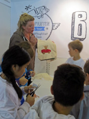 Ruth Feile mit »Buchpiloten« in Aktion beim Nähworkshop zum »Bären Butz«